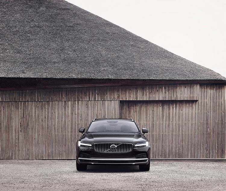 262604 The refreshed Volvo S90 Recharge T8 plug in hybrid in Platinum Grey
